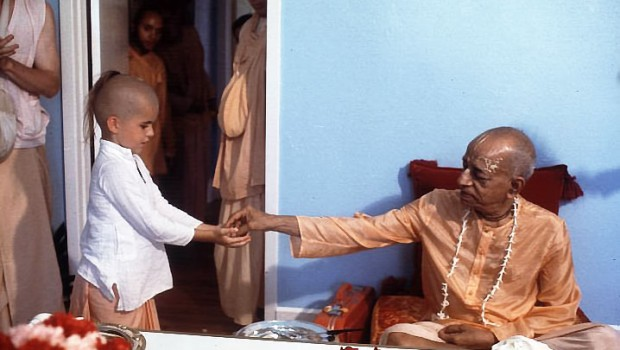 srila-prabhupada-distributing-prasadam-to-a-boy-620x350